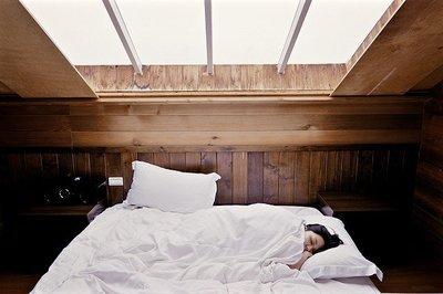 Jak spać na poduszce ortopedycznej